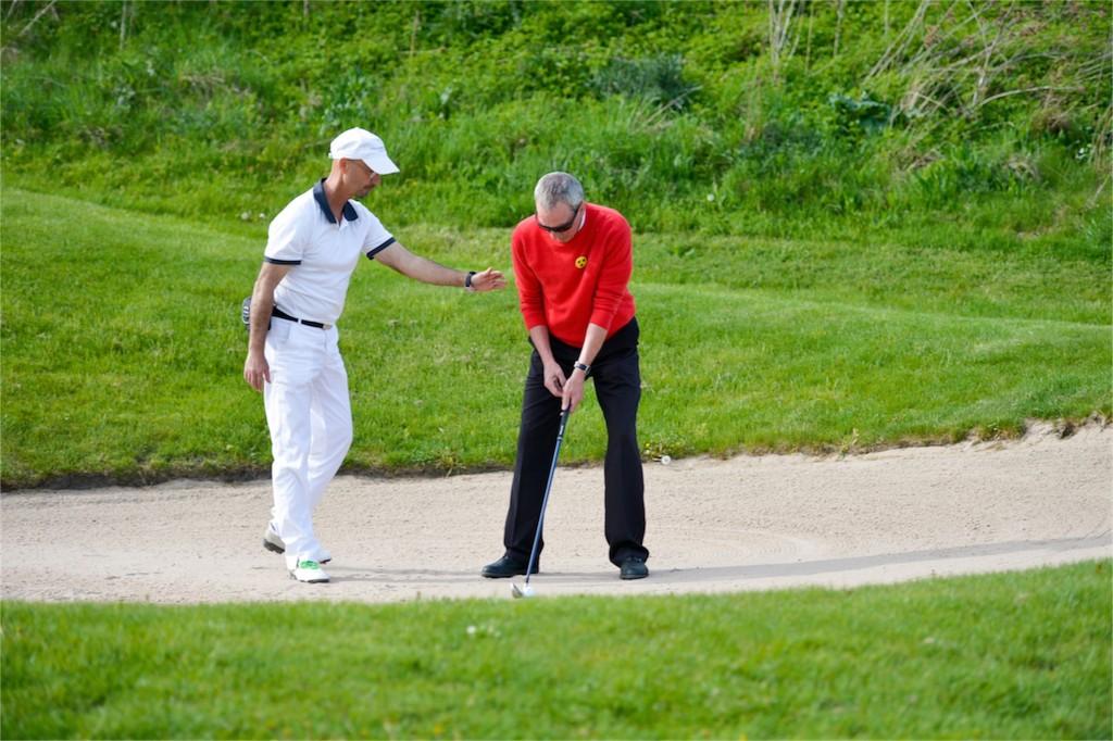 """Golf mit Behinderung ist Arbeitsteilung: der eine """"steuert"""", der andere """"feuert"""" - Foto © Herbert Wirtz"""